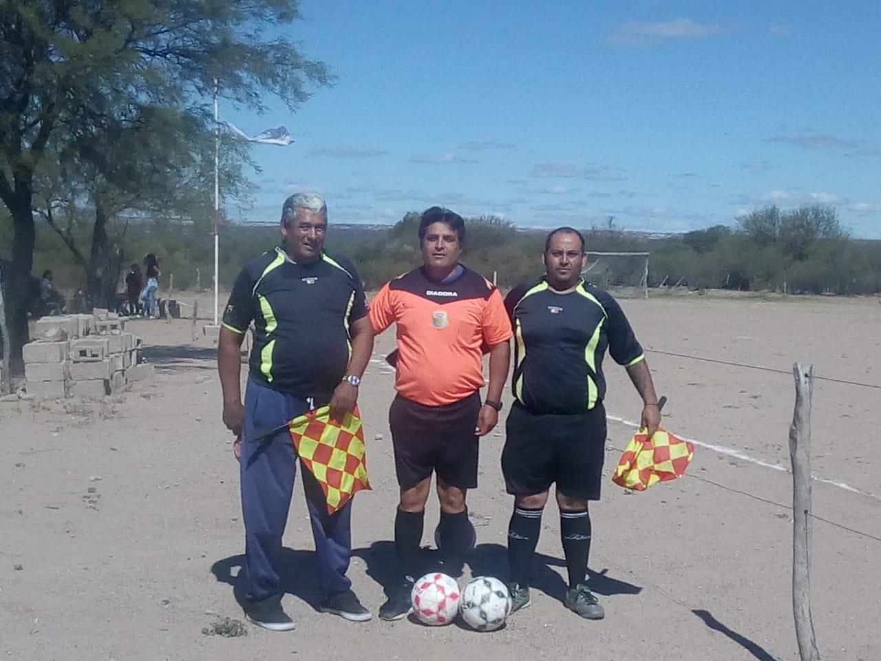 Raúl Perez, al centro, es el árbitro agredido